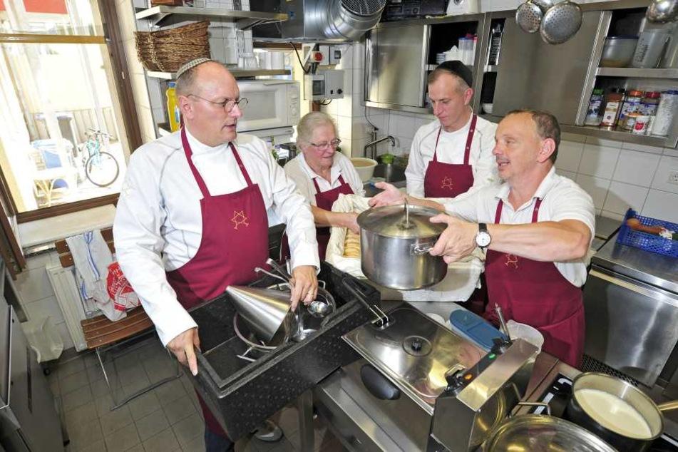"""In Chemnitz betreibt GastronomUwe Dziuballa (51) das Restaurant """"Schalom""""."""