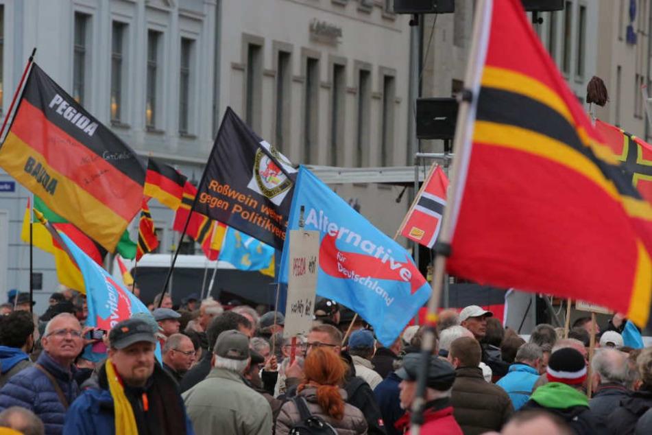 Mehr als die sonst üblichen rund 2000 Anhänger versammelten sich vor der Frauenkirche.