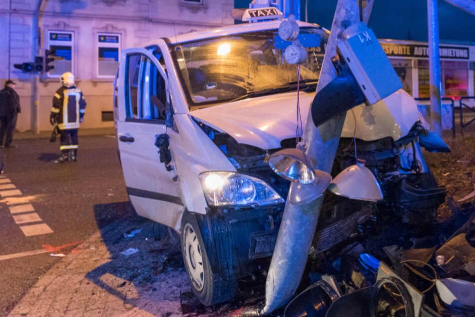 Nach dem Zusammenprall krachte das Taxi gegen einen Ampelmast.