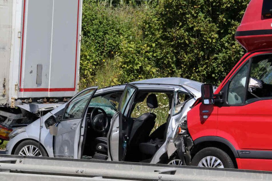 Bei einem schweren Unfall auf der A38 zwischen Allstedt und dem Dreieck Südharz sind mehrere Personen schwer verletzt und eine Frau getötet worden.