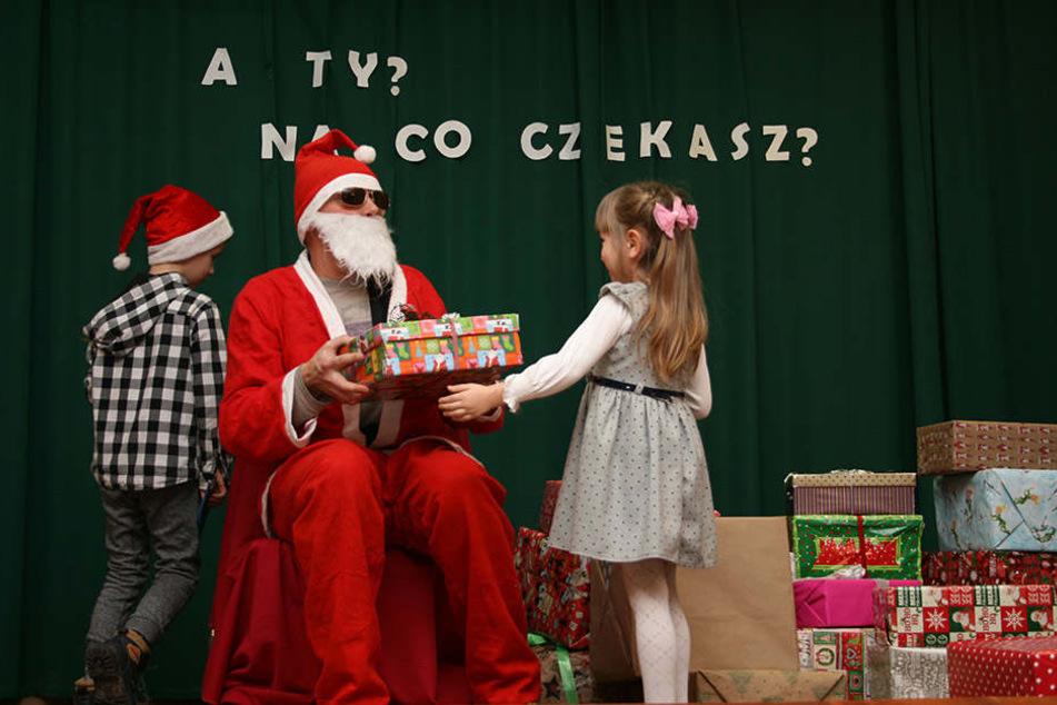Die Geschenke werden bei einem großen Fest im Dezember verteilt. Dazu wird jedes Kind einzeln aufgerufen.