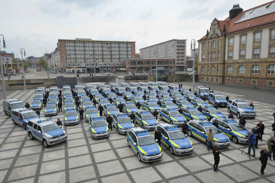 40 interaktive Funkstreifen-VW Golf und um 30 Mercedes-Transporter wurden an die Polizei übergeben.
