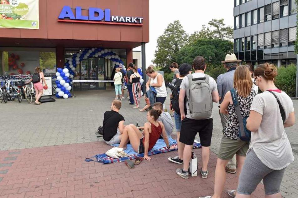 Geduldig warteten die Kunden vor dem Markt auf die angekündigten Geschenke.