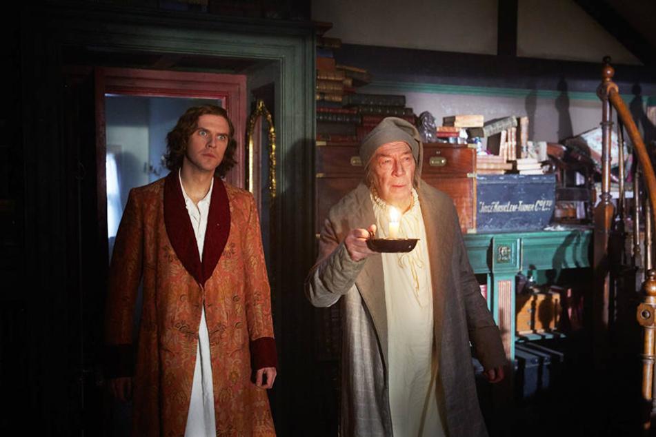 Haben eine Eingebung: Charles Dickens (l., Dan Stevens) und Scrooge (Christopher Plummer).