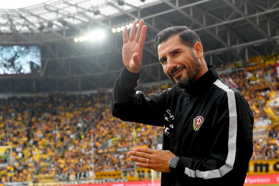 Gegen Heidenheim sprang Cristian Fiel bereits interimsweise als Trainer bei den Schwarz-Gelben ein. Hier grüßt er freudig ins Publikum.