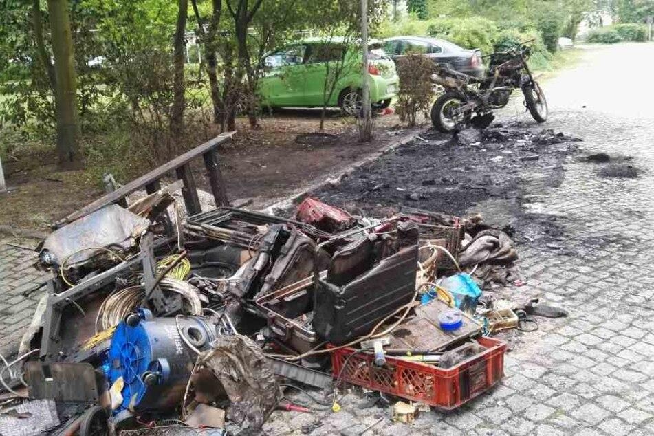 Auch ein Motorrad und die Straßenlaterne wurden durch den Brand beschädigt.
