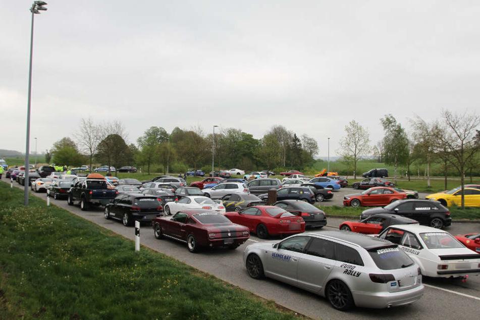 Die Teilnehmer der Rallye machten auf einem Rastplatz Pause und wurden von der Polizei kontrolliert.
