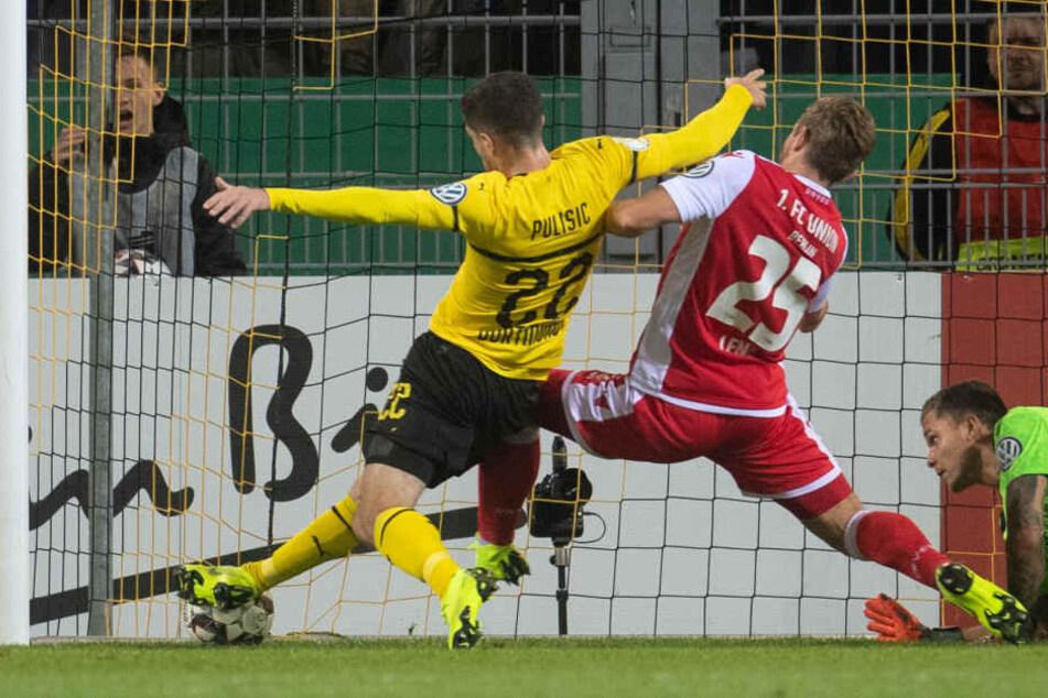 Dortmunds Christian Pulisic erzielt gegen Unions Christopher Lenz und Unions Torwart Rafal Gikiewicz das 1:0.