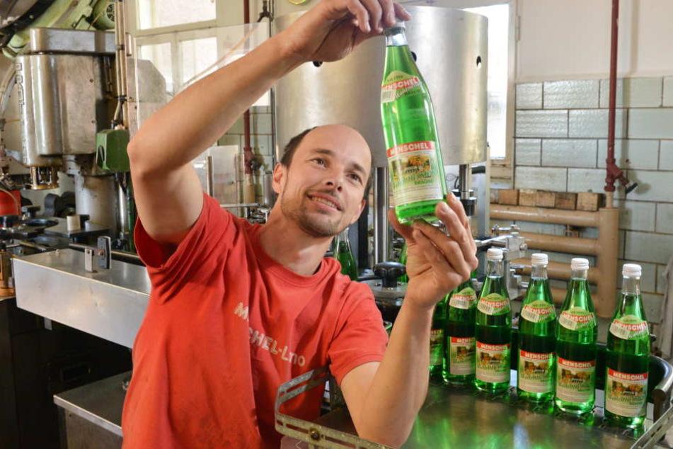 Beim Brause-Hersteller Menschel ist vieles noch Handarbeit. So kontrolliert Produktionsmitarbeiter Andreas Hänsch (34) jede einzelne Flasche.