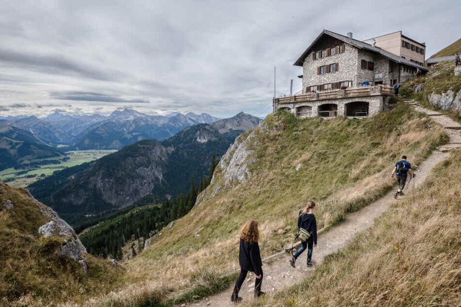 Wanderer bei Pfronten (Bayern) auf dem Weg zur Bad Kissinger Hütte des Deutschen Alpenvereins (DAV).