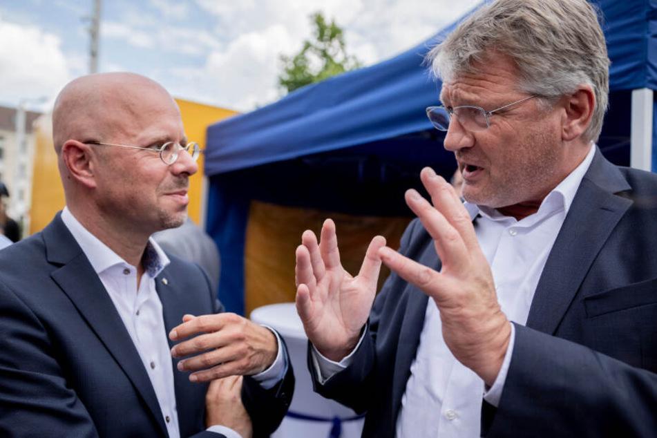 Andreas Kalbitz und Jörg Meuthen unterhalten bei der AfD-Wahlkampf-Veranstaltung in Brandenburg.