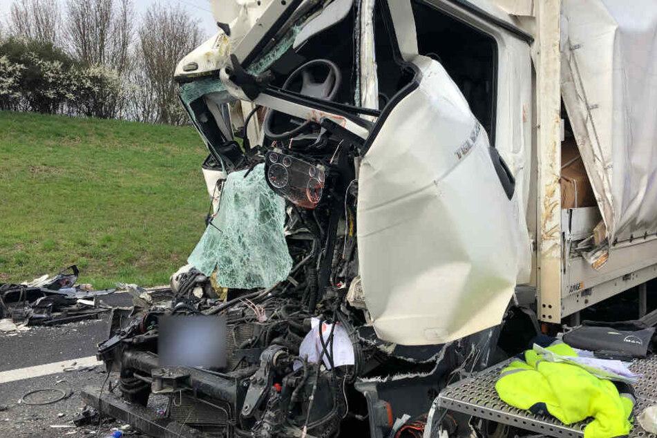 12-Tonner kracht auf A9 in Stauende, Fahrer eingeklemmt und schwer verletzt