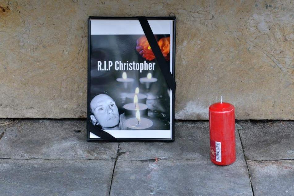 Streitpunkt am Kriegerdenkmal: Die Kerzen und Fotos mussten die Trauernden sofort wieder entfernen.