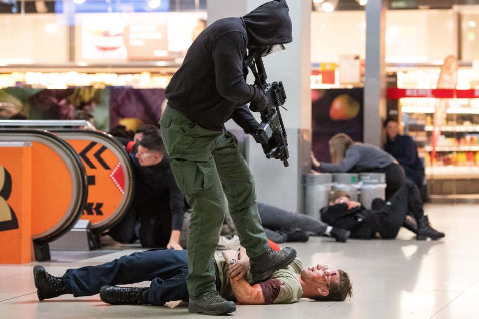 Ein angenommener Terrorist erschießt während einer Anti-Terror-Übung am Flughafen Köln/Bonn ein am Boden liegendes Opfer.