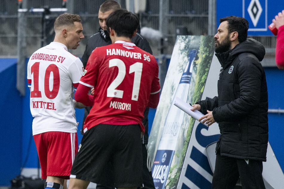 HSV-Stratege Sonny Kittel (l.) verlässt nach seiner Gelb-Roten-Karte gegen Hannover 96 den Platz.