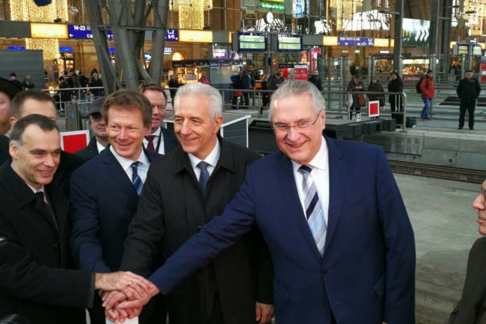 Sachsens Ministerpräsident Stanislaw Tillich (2.v.r.) drückte am Leipziger Hauptbahnhof zusammen mit dem DB-Vorstand Richard Lutz (links daneben) und dem Bayrischen Innenminister Joachim Herrmann (rechts) den Startbuzzer.