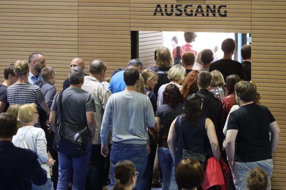 Die Besucher verlassen den Vortragssaal.