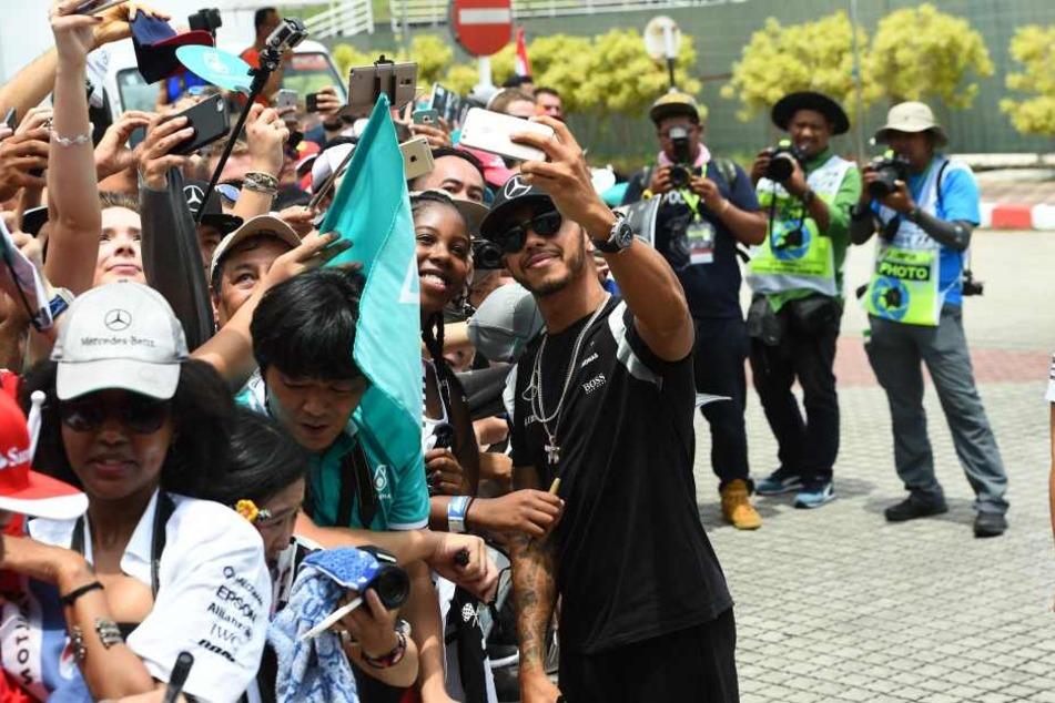 Hamilton beim Selfie mit den Fans.