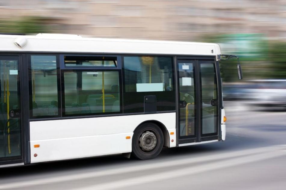 Eine junge Frau übersah einen Linienbus und rannte dagegen. (Symbolbild)