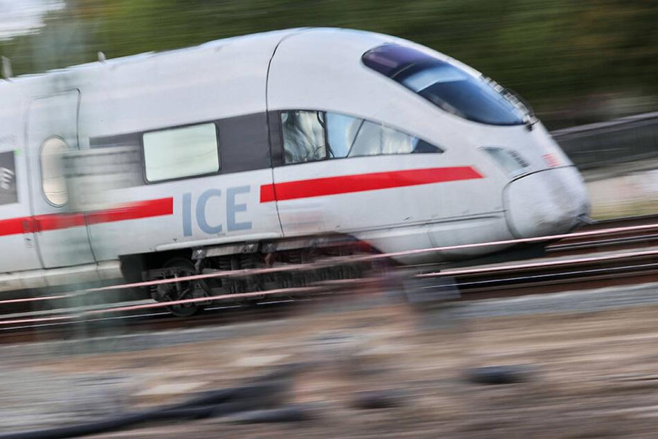 Ein ICE ist auf einer Strecke in Sachsen unterwegs. (Symbolbild)