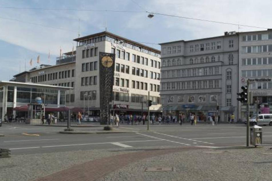 Am Bielefelder Jahnplatz schlugen mehrere Männer auf ihr Opfer (22) ein und verletzten ihn schwer.