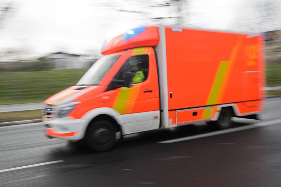 Im Landkreis Nordsachsen sorgte ein Sattelzug für einen folgenschweren Crash: Er geriet auf die Gegenfahrbahn und kollidierte mit einem Dacia (Symbolbild).