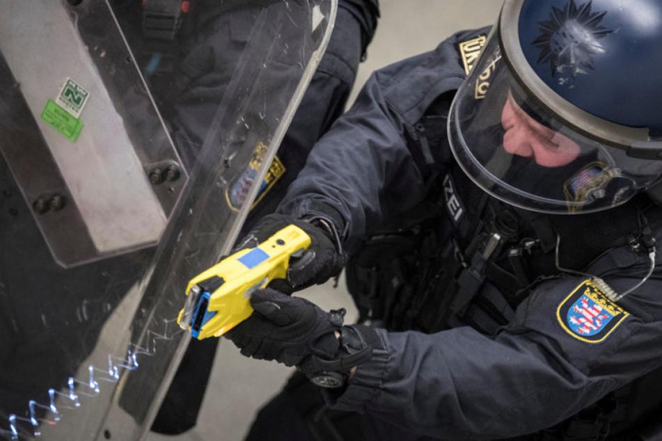 Landesweit werden Hessens Polizisten mit einem Elektroschocker als zusätzliches Einsatzmittel ausgestattet.