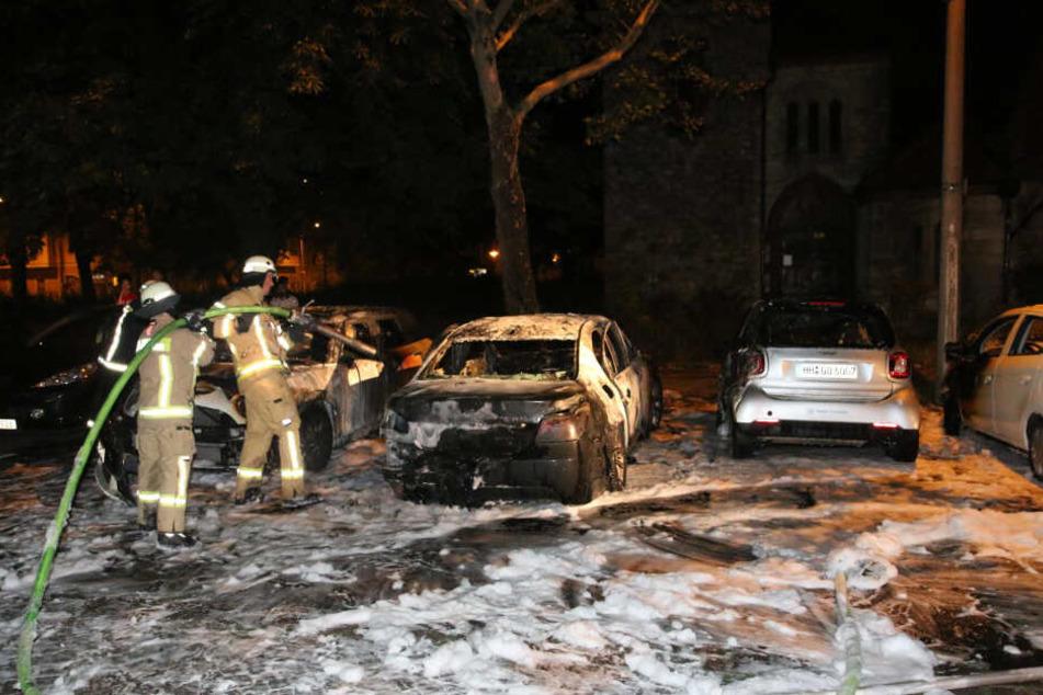 Ausgebrannte Autos: Der Feuerwehr bot sich ein Bild der Zerstörung. Mit Löschschaum wurden die Flammen bezwungen.