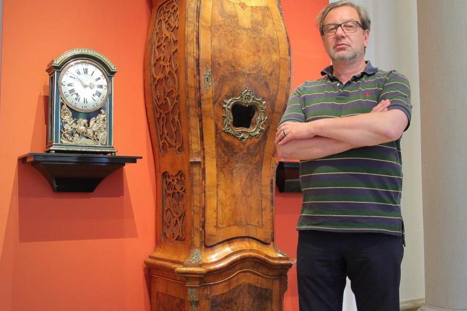 Nichts tickt mehr: Museumsdirektor Peter Plaßmeyer (57) ärgert sich über die Einschränkungen im Mathematisch-Physikalischen Salon.