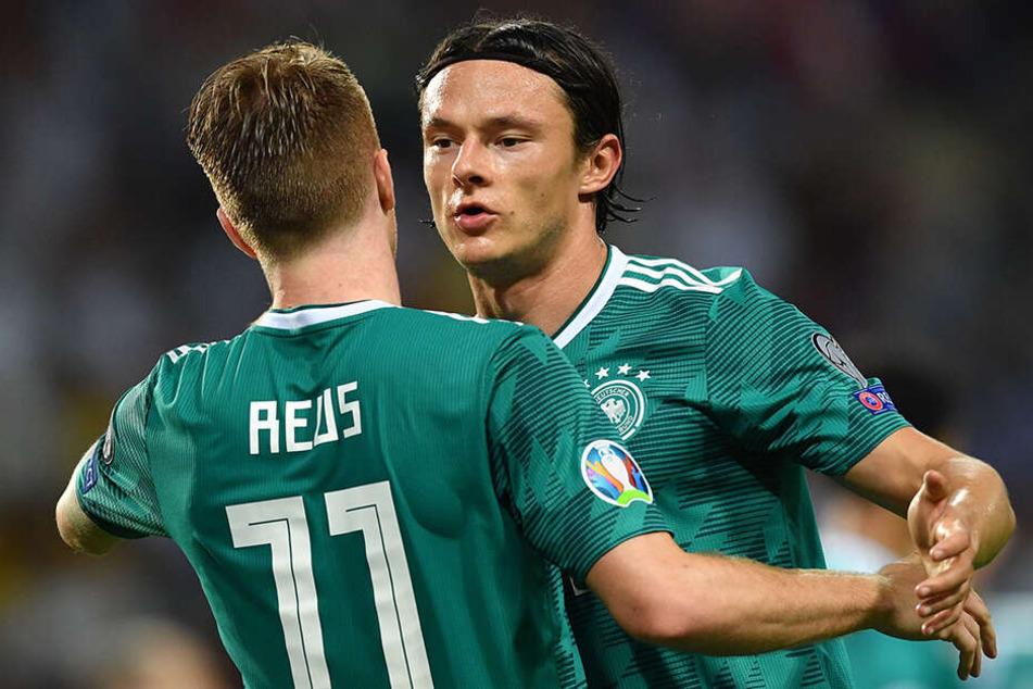 Marco Reus (l.) jubelt über sein Tor zum 0:2 mit seinen Teamkollegen Nico Schulz (r.).