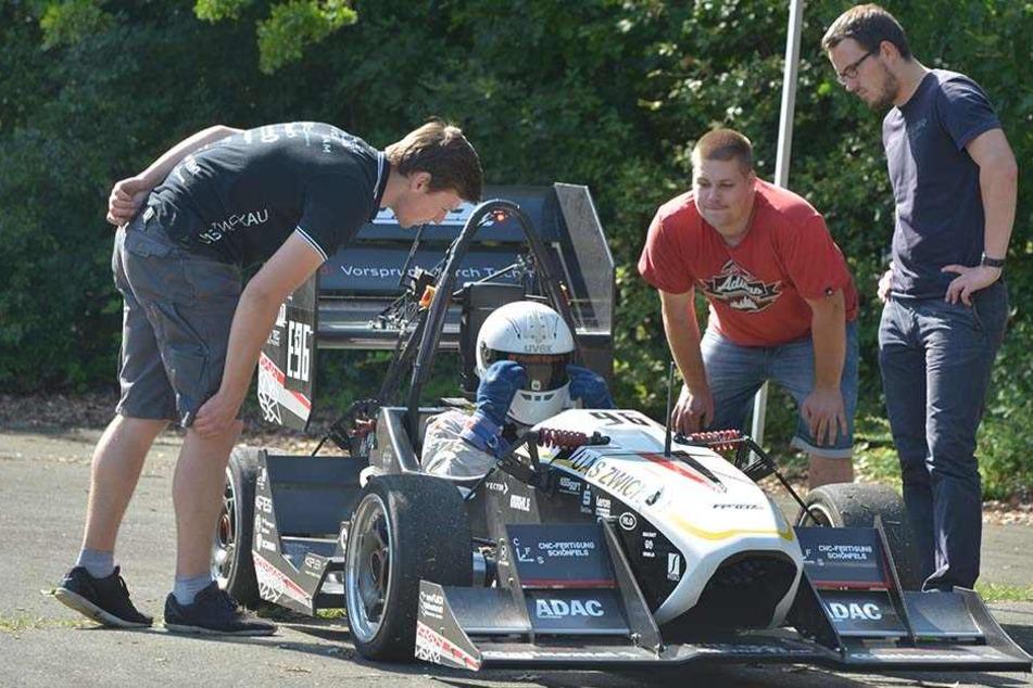 Kritische Blicke: Das WHZ-Racing-Team beim  gestrigen Test. Projektleiter Manuel Seifert (21), Pilot Thomas Ganzer (33),  Daniel Deutscher (23) und Peter Wappler (23).