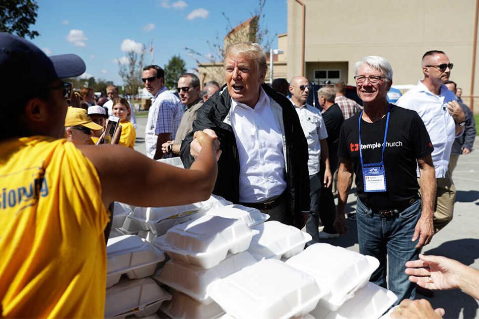Trump half beim Verteilen von Lebensmitteln mit - und trat auch dabei verlässlich ins Fettnäpfchen.