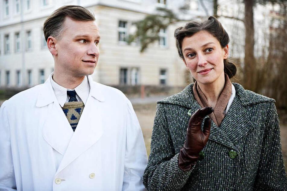 Konrad Zeidler (l., Robert Stadlober) verguckt sich in Antonia Berger (Alexandra Maria Lara), die ihm allerdings nichts von ihrer Vergangenheit erzählen darf.