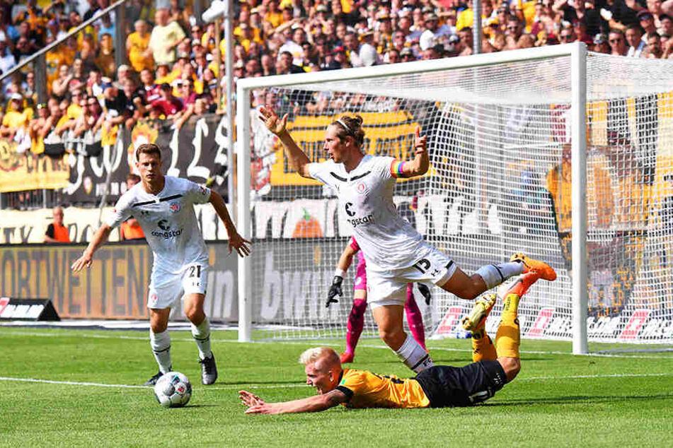 Elfmeterreif? Dynamos Luka Stor wurde in der Schlussphase im Strafraum vom Hamburger Daniel Buballa zu Fall gebracht.
