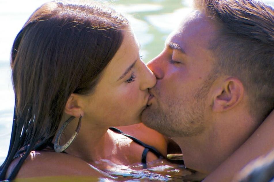 Kuss 2: Mit Natali geht er im Wasser auf Tuchfühlung.