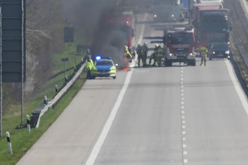Auf der A14 bei Grimma geriet am Montag ein Pkw in Brand.
