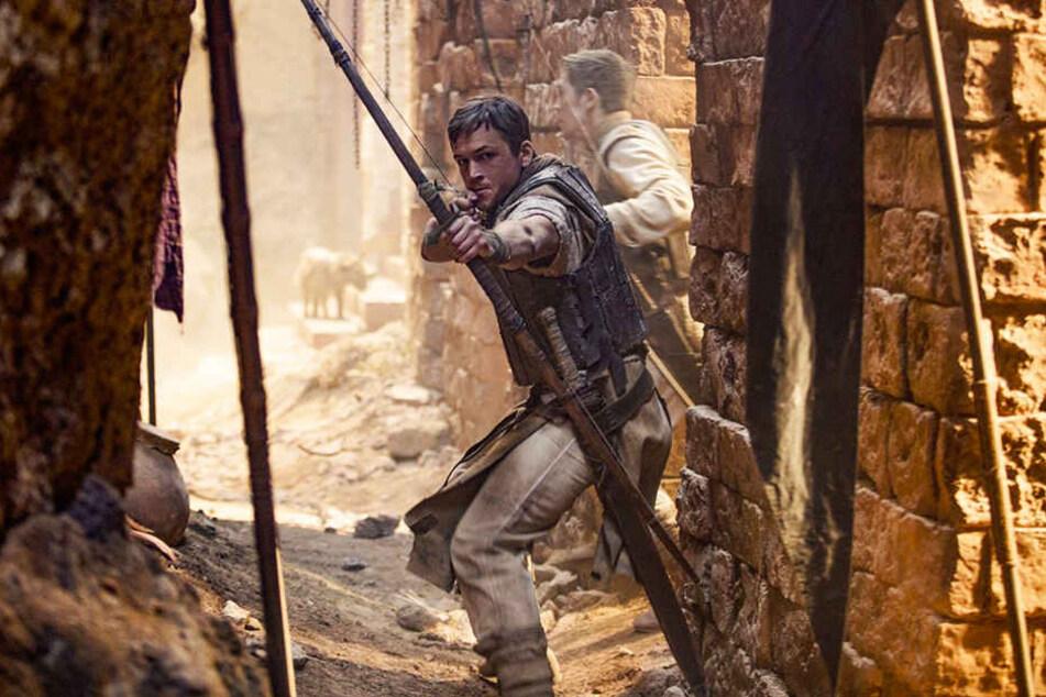 Robin von Loxley (Taron Egerton) muss vier Jahre lang als Kreuzritter in den Kriegen gegen die Araber kämpfen.