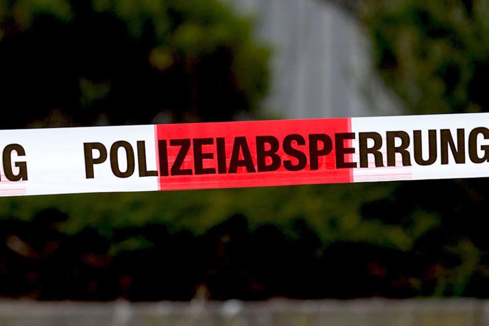 Polizisten fanden in einer Wohnung eine verletzte Frau. Notärzte kümmerten sich um sie.