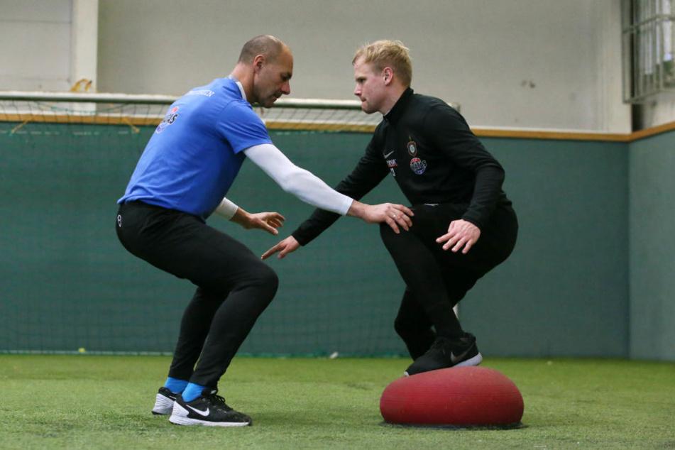 FCE-Fitnesstrainer Werner Schoupa (l.) baute Sören Bertram im wahrsten Sinne des Wortes wieder auf.