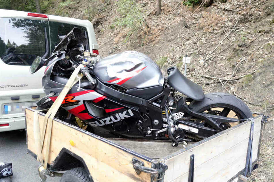 Das Motorrad wurde schwer beschädigt abtransportiert.