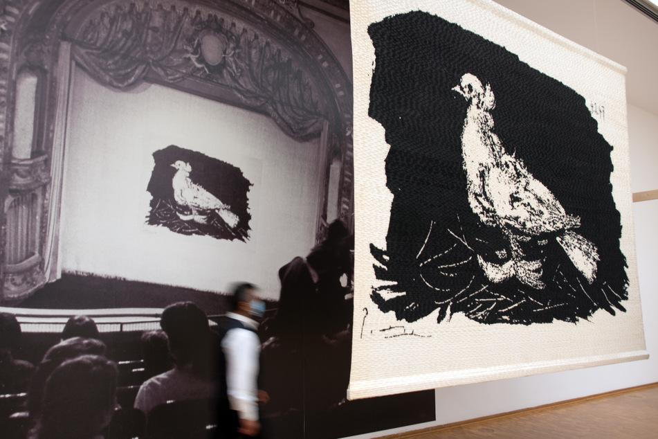"""Auch Picassos Friedenstaube auf dem Theatervorhang des Berliner Ensembles hängt in der Ausstellung """"Der geteilte Picasso"""" im Museum Ludwig in Köln."""