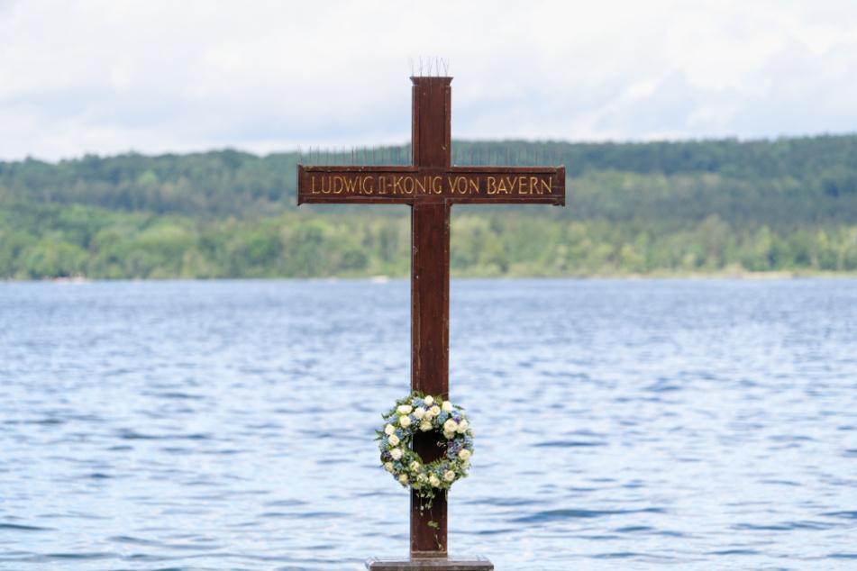 Ein Kreuz steht im Starnberger See. In der Nähe wurde der tote König Ludwig II. aufgefunden.