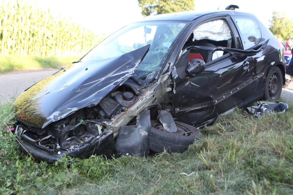 Durch die Wucht des Unfalls auf der B13 zwischen Ansbach und Lehrberg in Bayern erlitt die Peugeot-Fahrerin schwere Verletzungen.