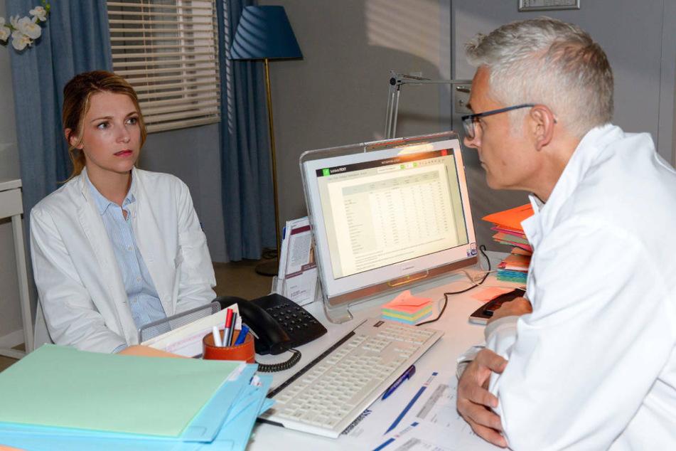 Lilly nimmt fassungslos ihre fristlose Kündigung durch Prof. Dr. Degenhardt zur Kenntnis.