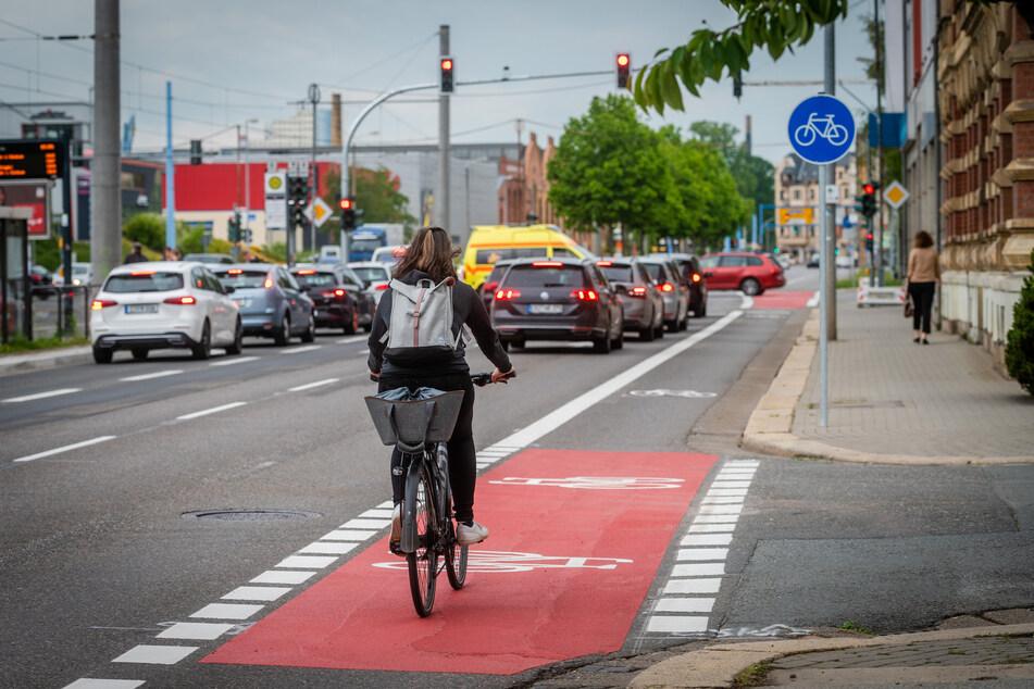 Die neue Radspur auf der Zwickauer Straße wurde am Dienstag fertiggestellt.