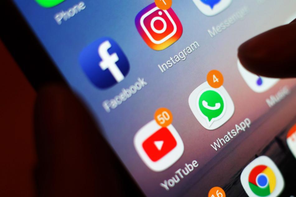 Eine WhatsApp-Nachricht hat in Bayern einen Polizeieinsatz ausgelöst. (Symbolbild)
