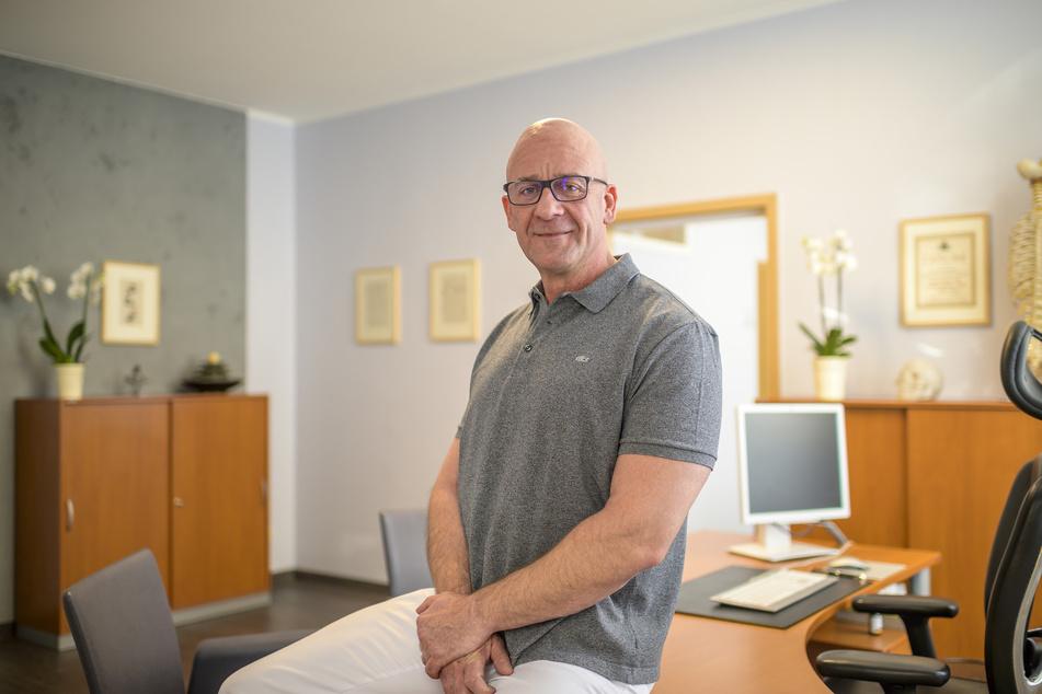 Heilpraktiker Ingo Lauterlein (51) fragt sich, wie er weiter in seiner Praxis arbeiten soll.