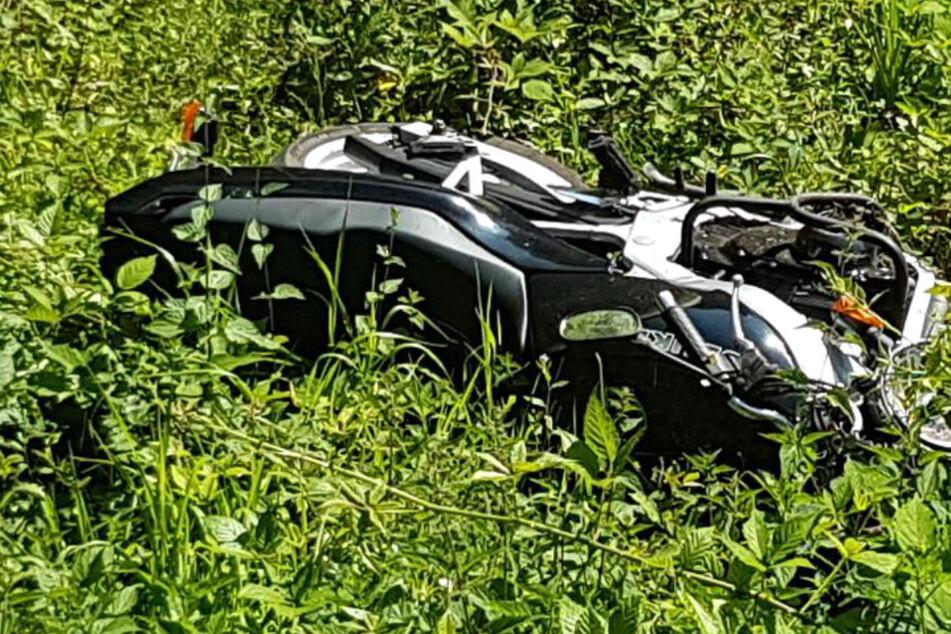 Das Foto der Polizei zeigt das verunglückte Motorrad in der Böschung neben der L499.