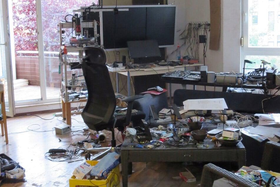 """Blick in die mutmaßliche Bombenwerkstatt: Sein Wohnzimmer hatte Florian O. zum Laboratorium gemacht, ähnlich wie """"Dynamit-Harry"""" bei der Olsenbande."""