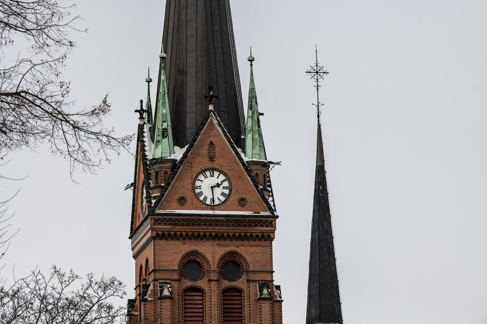 """In Aue ist die Zeit """"stehen geblieben"""". Durch die Kälte ist die Kirchturmuhr eingefroren."""